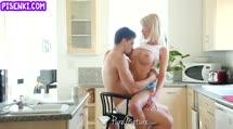 Скриншот Блонди с большой грудью кайфует от анала
