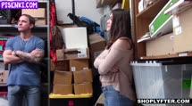 Скриншот Брюнетка дала перед камерой в кладовке