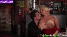 Скриншот Блонди с огромыми дойками трахнулась с мужиком в баре